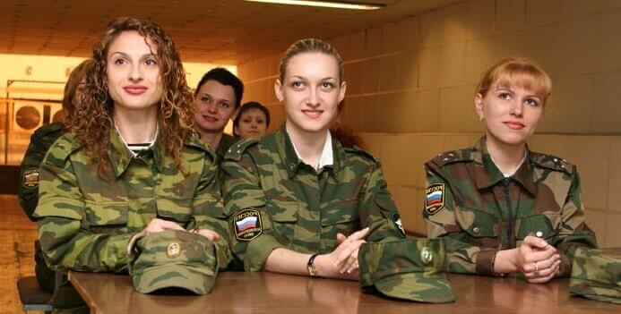 девушки на военной кафедре